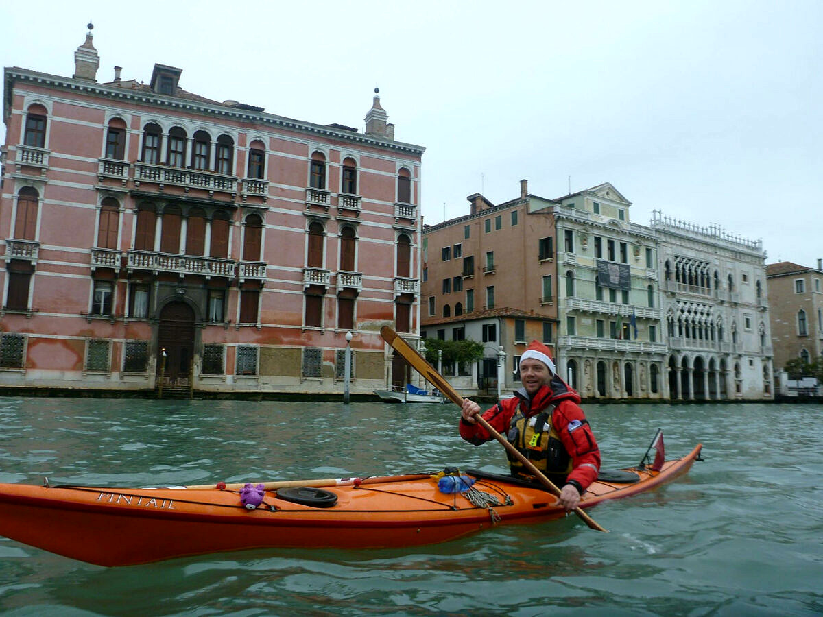 René in kayak nel Canal Grande verso natale